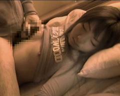 妹夜這い動画:寝込みに侵入し裸の寝姿に・・・