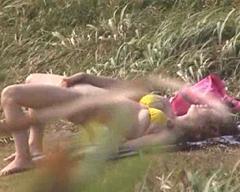 水着美女が野外で高速ピストンオナニーで絶頂!過激な手マン指マン!